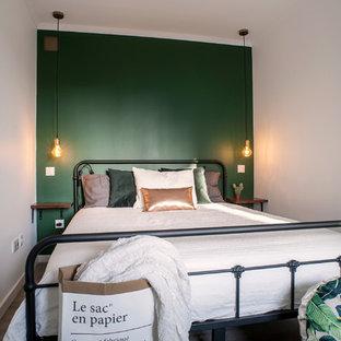 Klassisk inredning av ett litet huvudsovrum, med gröna väggar, linoleumgolv och grått golv