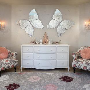 На фото: спальня в стиле шебби-шик с серыми стенами с
