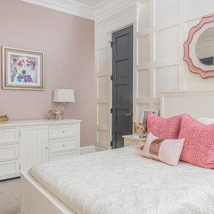 Esempio di una camera degli ospiti tradizionale di medie dimensioni con pareti bianche, moquette e pavimento bianco
