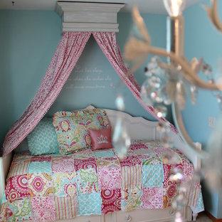 Inspiration pour une petit chambre avec moquette traditionnelle avec un mur bleu.