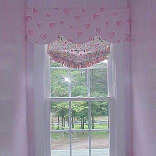 アトランタのトラディショナルスタイルのおしゃれな寝室 (ピンクの壁) のレイアウト