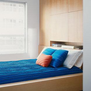 Ejemplo de dormitorio principal, moderno, pequeño, con paredes blancas y suelo de baldosas de cerámica