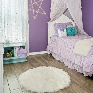 Diseño de dormitorio contemporáneo, pequeño, sin chimenea, con paredes púrpuras, suelo de baldosas de cerámica y suelo multicolor
