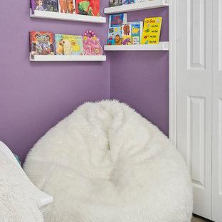 Ejemplo de dormitorio actual, pequeño, sin chimenea, con paredes púrpuras, suelo de baldosas de cerámica y suelo multicolor