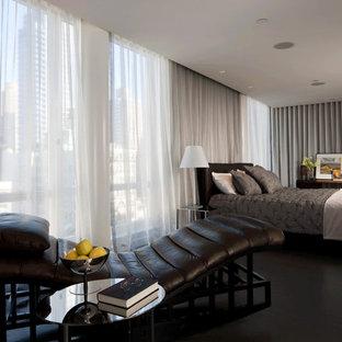 Imagen de dormitorio principal, moderno, extra grande, con paredes grises y suelo de linóleo