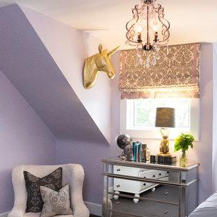 Ejemplo de dormitorio tradicional renovado, de tamaño medio, con paredes púrpuras y moqueta
