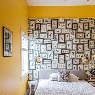 Inspiration pour une chambre parentale bohème de taille moyenne avec un mur jaune et un sol en bois brun.