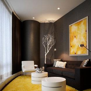 Foto de habitación de invitados contemporánea, de tamaño medio, sin chimenea, con paredes grises y suelo de madera en tonos medios