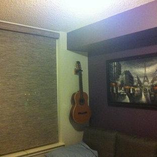 Пример оригинального дизайна: маленькая гостевая спальня с фиолетовыми стенами и полом из бамбука