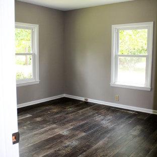 Ejemplo de dormitorio principal, rústico, grande, con paredes grises y suelo vinílico