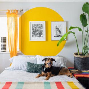 Diseño de dormitorio actual con paredes multicolor