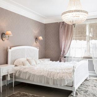 Immagine di una camera matrimoniale stile shabby di medie dimensioni con pareti marroni e parquet chiaro
