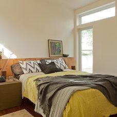 Modern Bedroom by Izumi Tanaka Photography