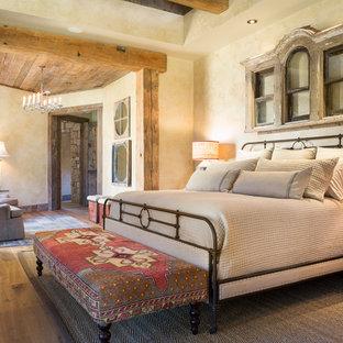 Пример оригинального дизайна: спальня в стиле рустика с бежевыми стенами и паркетным полом среднего тона
