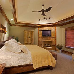Foto de dormitorio principal, de estilo americano, de tamaño medio, con paredes verdes, moqueta, chimenea tradicional y marco de chimenea de madera