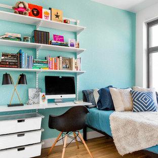 Ejemplo de dormitorio principal, actual, pequeño, sin chimenea, con paredes azules, suelo de madera en tonos medios y suelo marrón