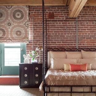 Réalisation d'une très grand chambre urbaine avec un mur beige.