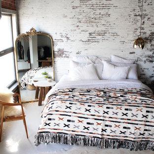 Ejemplo de dormitorio tipo loft, urbano, con paredes blancas, suelo de cemento y suelo blanco