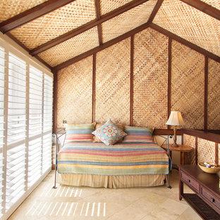 Inspiration för ett tropiskt sovloft, med klinkergolv i keramik