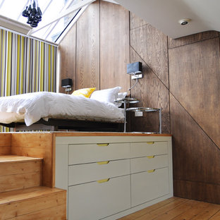 Modelo de dormitorio contemporáneo con paredes blancas