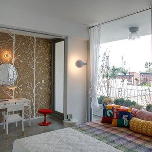 Idéer för funkis sovrum, med flerfärgade väggar och betonggolv