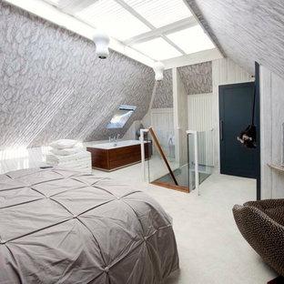 Esempio di una camera da letto stile loft minimalista con pareti grigie, moquette e pavimento bianco