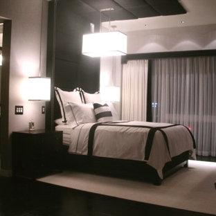 Пример оригинального дизайна: большая хозяйская спальня в стиле модернизм с серыми стенами, полом из фанеры и черным полом