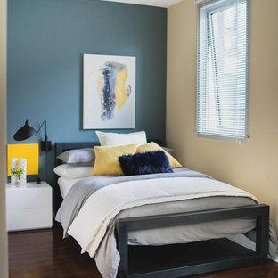 Modelo de dormitorio tipo loft, actual, pequeño, con paredes verdes y suelo vinílico