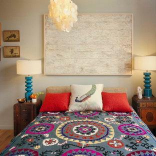 На фото: спальни в стиле фьюжн с бежевыми стенами и паркетным полом среднего тона