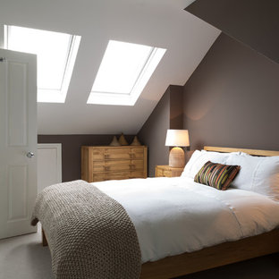 Immagine di una camera da letto contemporanea con pareti marroni e moquette