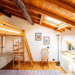 Imagen de habitación de invitados rural con paredes blancas y suelo de madera en tonos medios
