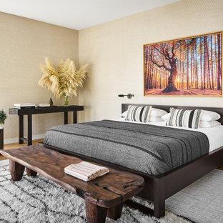 シカゴの広いコンテンポラリースタイルのおしゃれな主寝室 (ベージュの壁、無垢フローリング、茶色い床、壁紙) のレイアウト