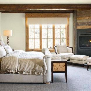 Ispirazione per una grande camera matrimoniale stile rurale con pareti bianche, moquette e camino ad angolo