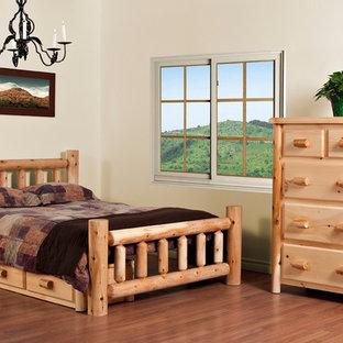 Diseño de habitación de invitados rural, de tamaño medio, con paredes blancas y suelo vinílico