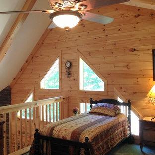 Imagen de dormitorio tipo loft, rústico, pequeño, sin chimenea, con paredes marrones y moqueta