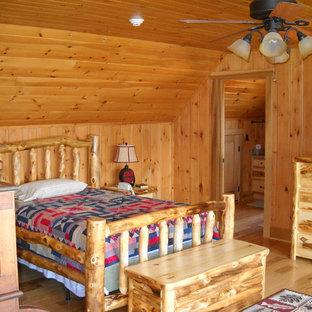 Idéer för rustika sovrum, med beige väggar och ljust trägolv