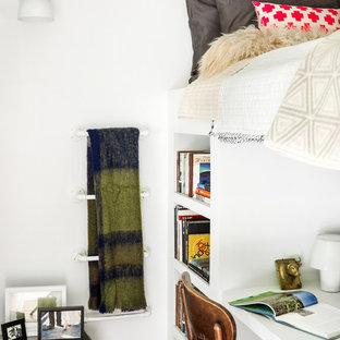 Ejemplo de dormitorio tipo loft, actual, pequeño, sin chimenea, con paredes blancas y suelo de madera clara