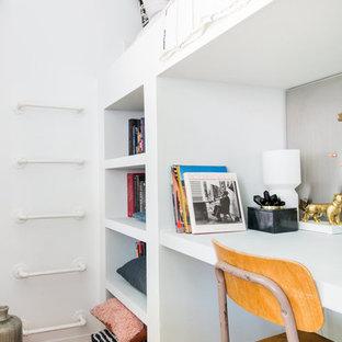 Idéer för små funkis sovrum, med vita väggar, brunt golv och mellanmörkt trägolv