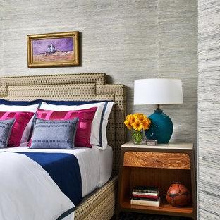 ボストンの小さいエクレクティックスタイルのおしゃれな主寝室 (グレーの壁、濃色無垢フローリング、吊り下げ式暖炉、茶色い床)