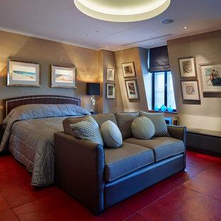 Diseño de dormitorio principal, grande, con paredes grises y suelo rojo