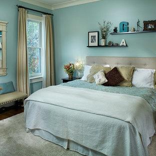 Idee per una camera degli ospiti tradizionale di medie dimensioni con pareti blu, pavimento in legno massello medio e pavimento beige