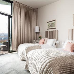 Réalisation d'une très grand chambre tradition avec un mur blanc et un sol vert.