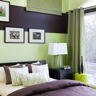 ニューヨークの小さいビーチスタイルのおしゃれな寝室 (緑の壁、カーペット敷き、茶色い床) のインテリア