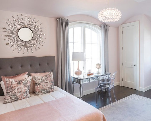 chambre avec un sol en bois fonc et un mur rose photos et id es d co de chambres. Black Bedroom Furniture Sets. Home Design Ideas