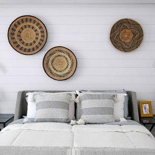 Diseño de dormitorio tipo loft, marinero, pequeño, con paredes blancas, suelo de baldosas de cerámica y suelo beige