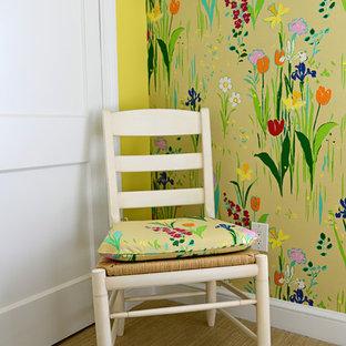 Diseño de habitación de invitados tradicional, de tamaño medio, con paredes amarillas y moqueta