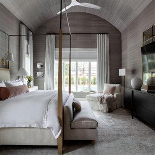 Foto di un'ampia camera matrimoniale classica con pareti grigie, soffitto in carta da parati, soffitto a volta, carta da parati, moquette e pavimento grigio