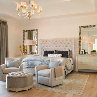 Foto på ett stort medelhavsstil huvudsovrum, med vita väggar, ljust trägolv och beiget golv