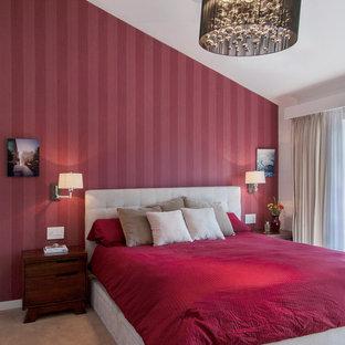 Modelo de dormitorio principal, actual, pequeño, con paredes rojas, moqueta y suelo beige