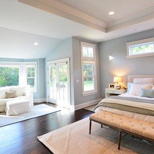 Foto di una grande camera matrimoniale stile americano con pareti blu, pavimento in vinile e nessun camino